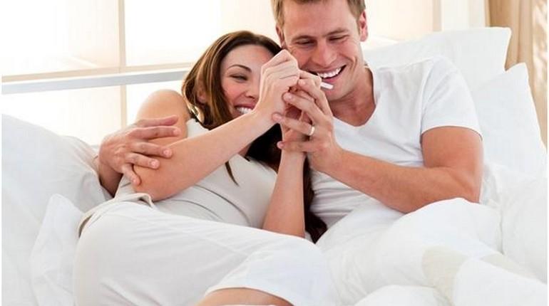 счастливая пара, девушка и парень, тест на беременность
