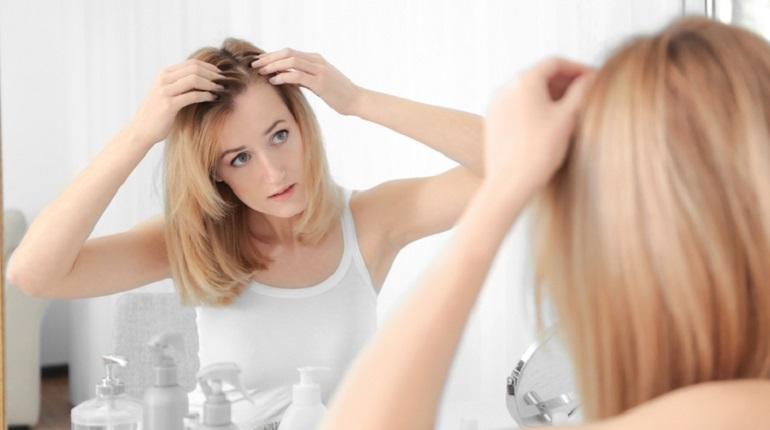 женщина смотрин на волосы