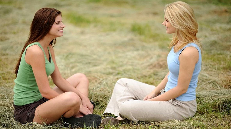 девушки, девушки сидят в парке, трава, рилакс, блондинки и брюнетка