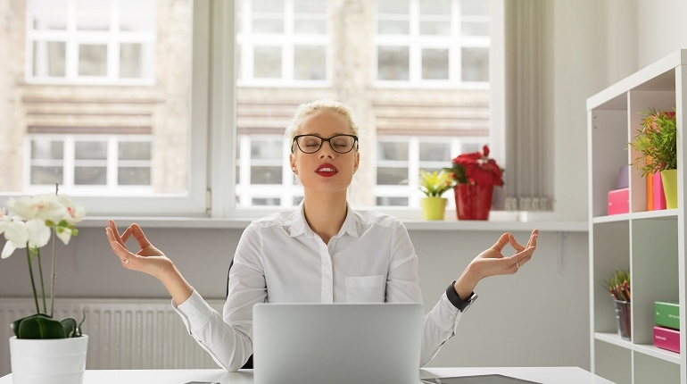Работа, релакс на работе, девушка в офисе