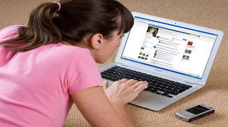 Девушка с ноутбуком, дети в соц сетях