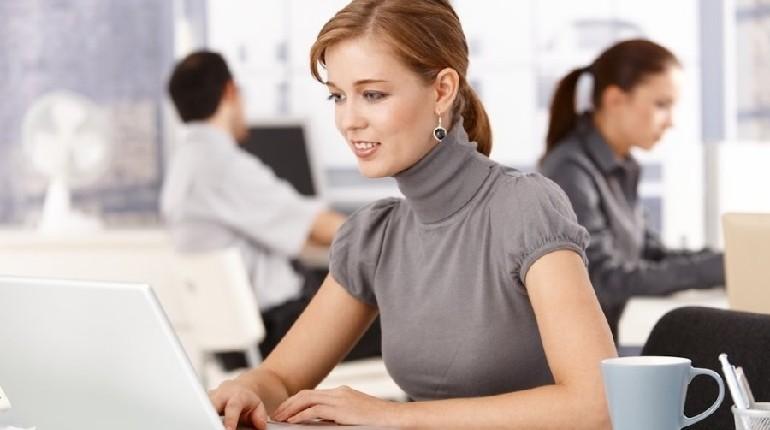 девушка на рабочем месте, девушка в офисе, девушка за компьютером