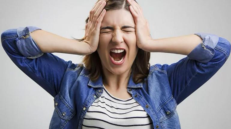 девушка кричит, стресс и самочуствие