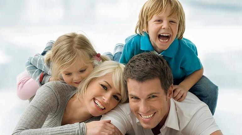 счастливая семья, родители с детьми, полноценная семья
