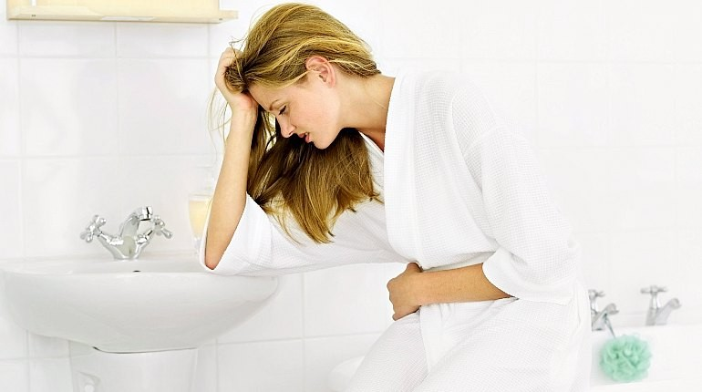 девушка в халате, девушка в ванной комнате, токсикоз