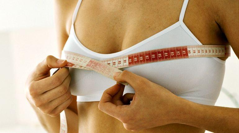 девушка измеряет объем груди, измерение объемов тела