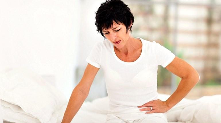 женщина сидит на кровати, хенщина в белой одежде