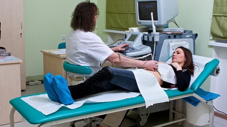 медицинские процедуры, женщина в кабинете врача, медицинское обследование