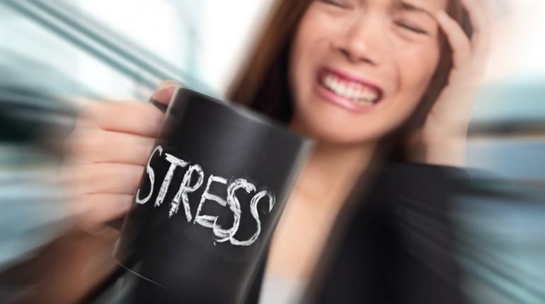 девушка держит чашку, чашка с надписью стресс, у девушки стресс