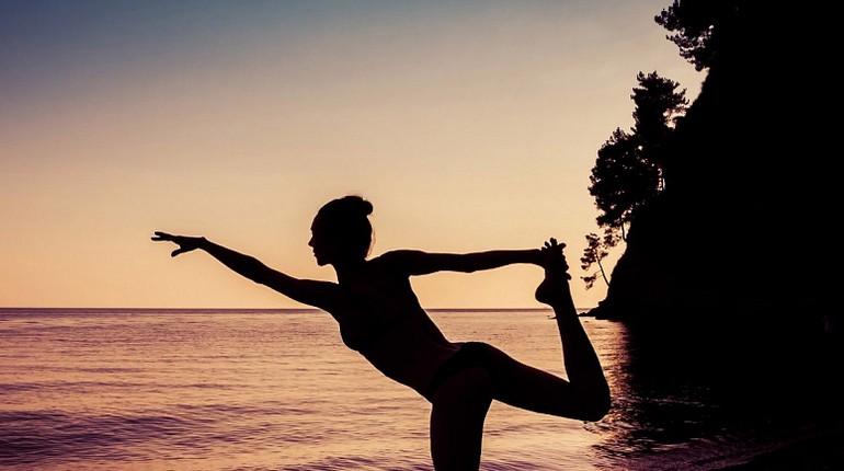 девушка на берегу водоема, занятия спортом на природе