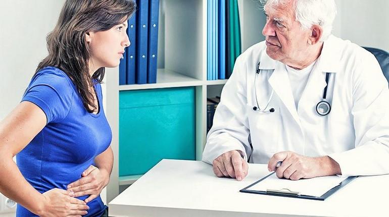 прием у врача, пациент и доктор, жалобы на боли в животе