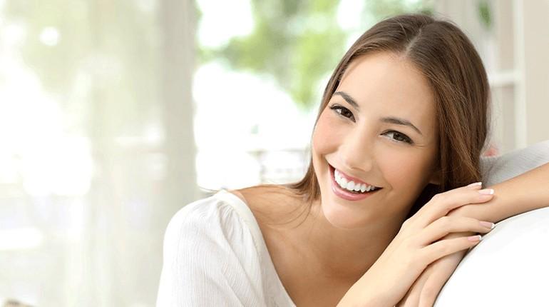 счастливая девушка, девушка улыбается, улыбка на лице