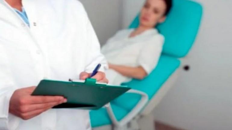 женщина на осмотре у врача, пациентка в кресле для осмотра, консультация врача