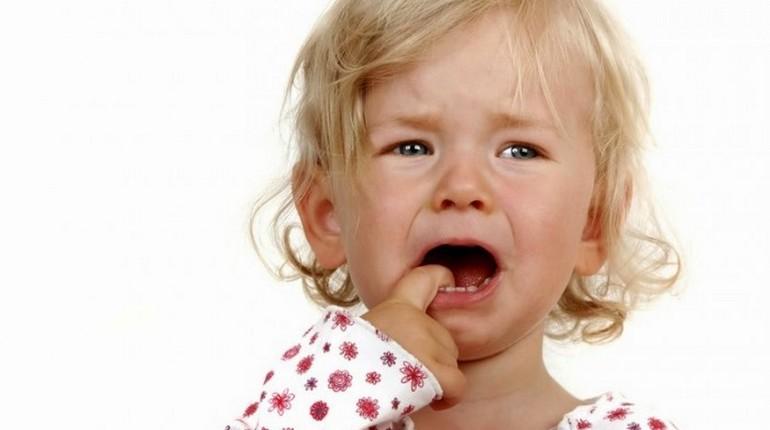 ребенок плачет, ребенок держит палец во рту