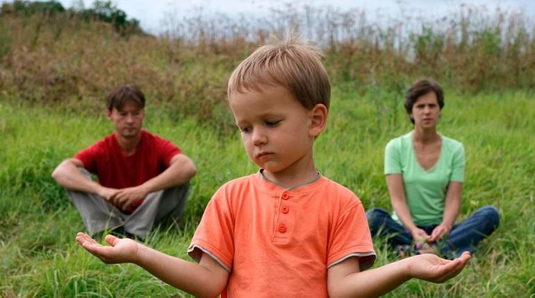 дети на природе, мальчик грустный