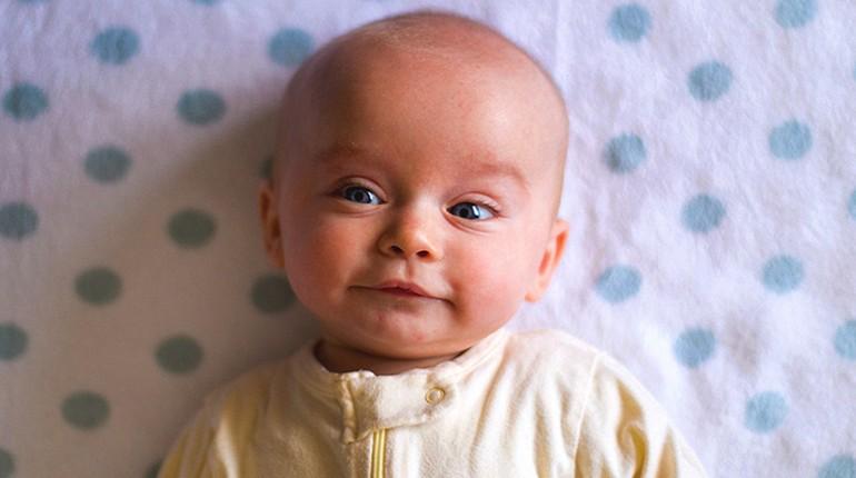 младенец с лысой головой, лицо младенца