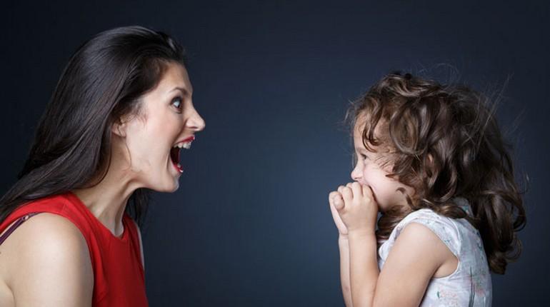 мама кричит на девочку, мама и маленькая девочка