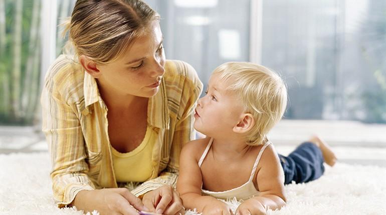 мама и ребенок разговаривают, мама и маленький мальчик
