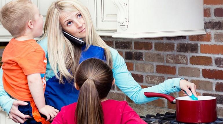 девушка играет с детьми, няня и дети