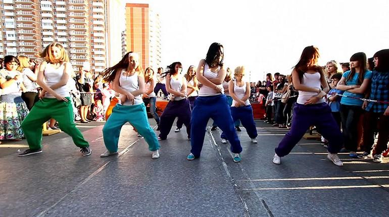 танцы на улице,людди танцуют на улице, групповые танцы