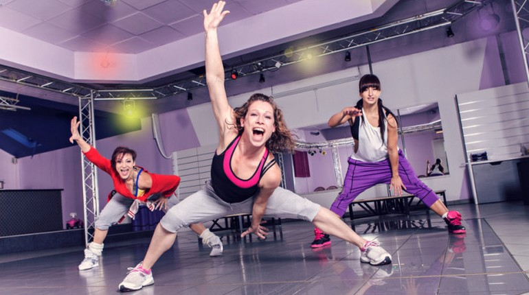 девушка занимается фитнесом, групповая тренировка в спортзале