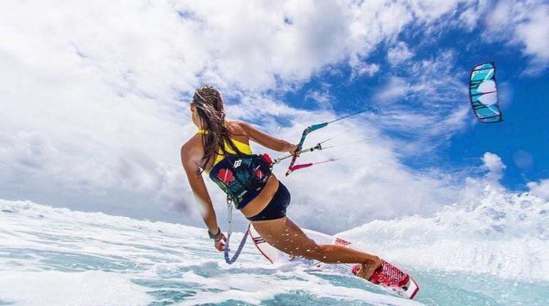 девушка катается на вейкдоске по воде