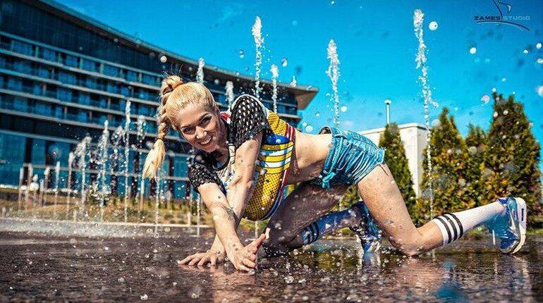 девушка позирует в фонтане, девушка в коротких шортах
