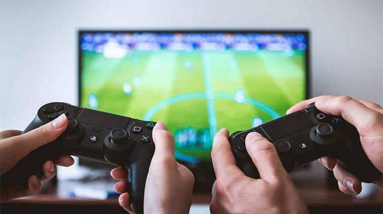 два игрока с пультами в руках, видеоигра и два участника