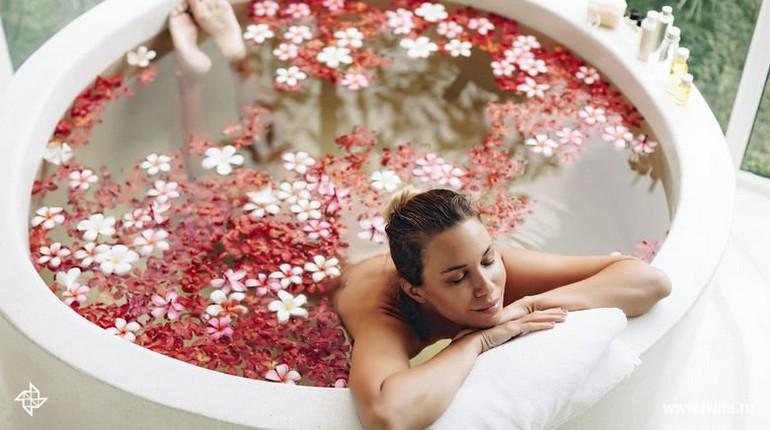 девушка в ванной с цветами, расслабляющая ванна