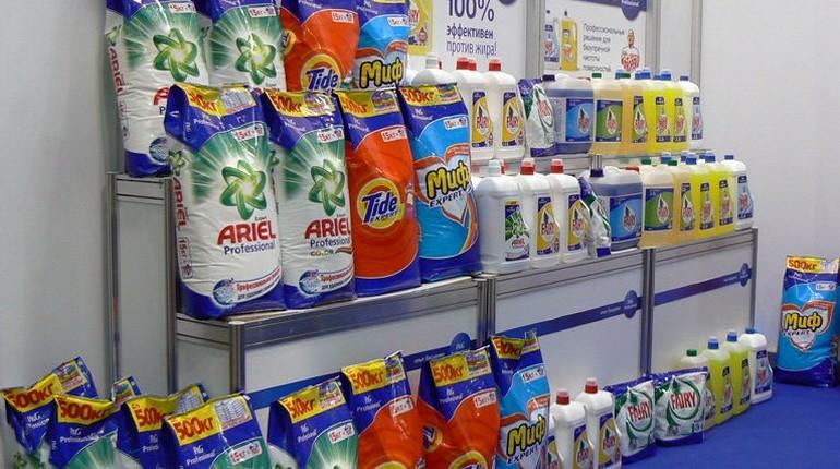 бытовая химия на полках в магазине, стиральные порошки в больших пачках