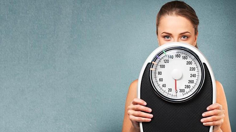 девушка держит в руках весы