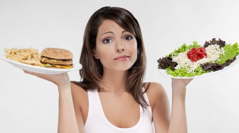 девушка держит в руках тарелки с едой, брюнетка с тарелками