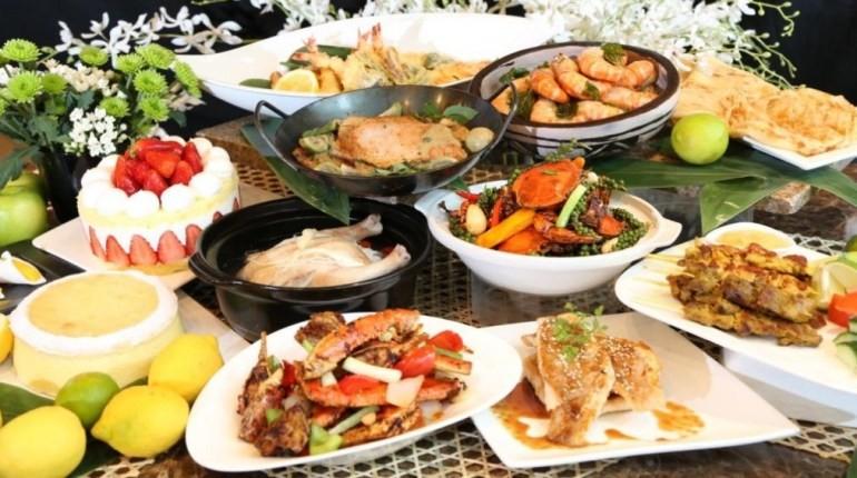 тарелки с едой, стол уставленный тарелками