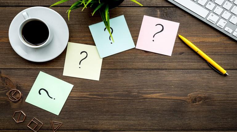 листики со знаками вопроса, бумажки на столе