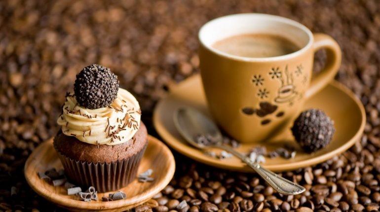 чашечка кофе и пирожное, кофе в чашке и кофейные зерна