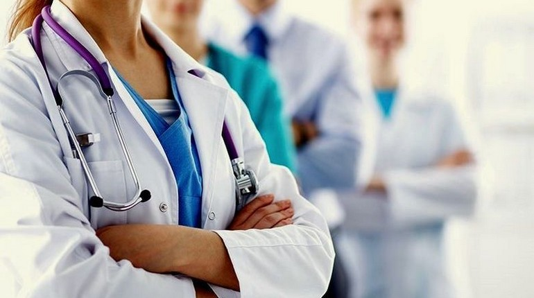 врачи скрестили руки, люди в белых халатах
