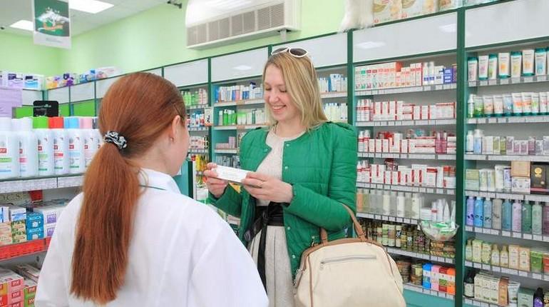 девушка в аптеке, покупка таблеток