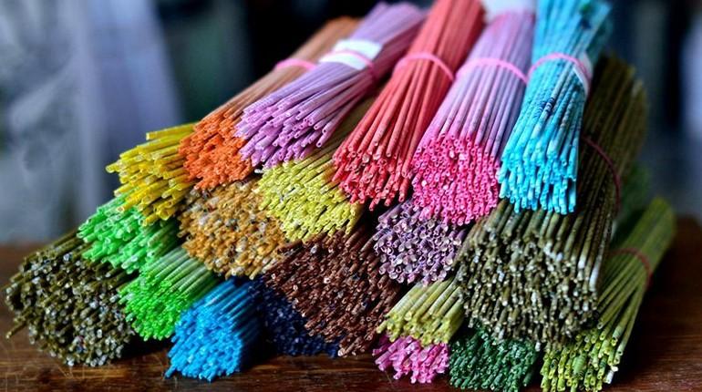 связки разноцветных трубочек, разноцветные пучки