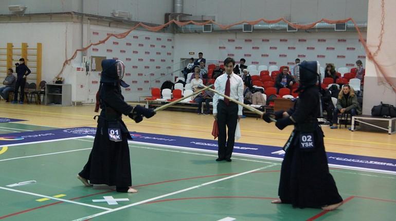 занятие в зале на секции боевых искуств, тренировка в спортзале