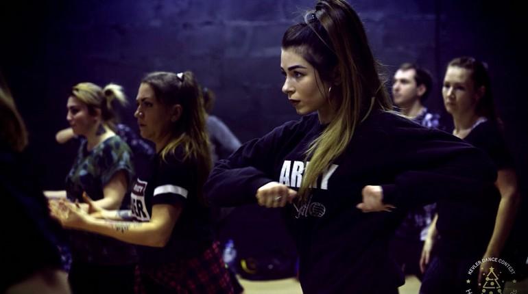 девушки со сложенными на груди руками, тренировка танцев