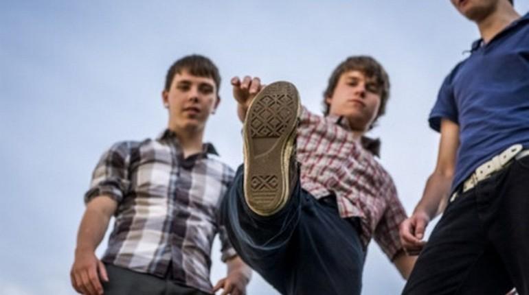 два подростка, изображение ступни, вид снизу