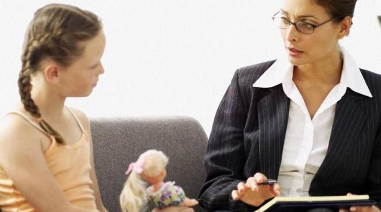 девочка беседует с женщиной, прием у психолога