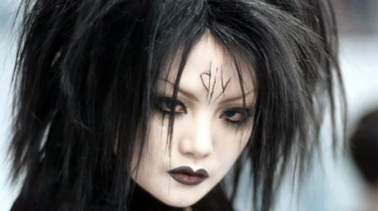 девушка с черным макияжем, гот