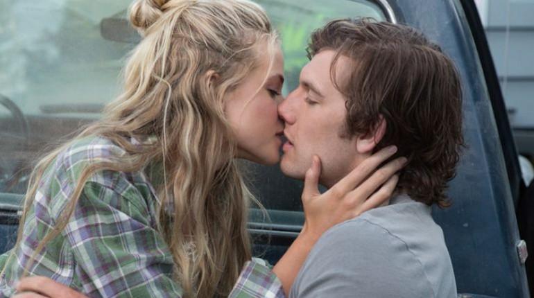 девушка целует парня,парочка целуется