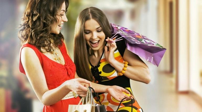 две девушки веселятся, девушки с покупками, девушки с бумажными пакетами на шопинге