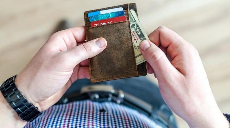 кошелек в руках, достать доллары из кошелька
