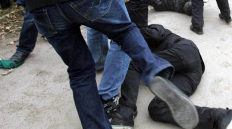 драка, подростки избивают парня