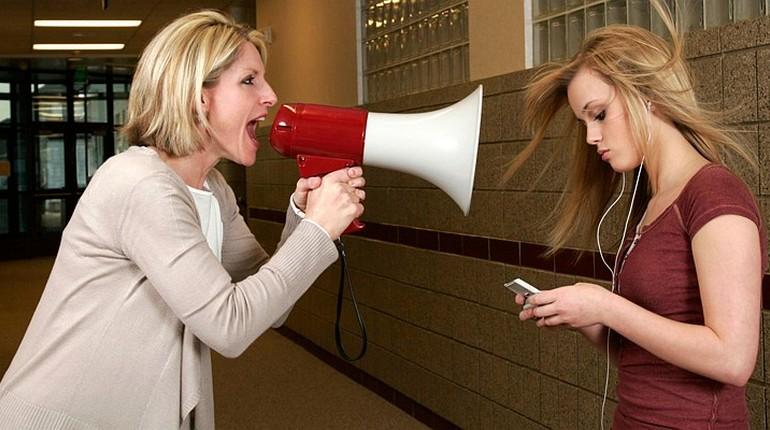 женщина кричит в рупор, мама кричит на дочку