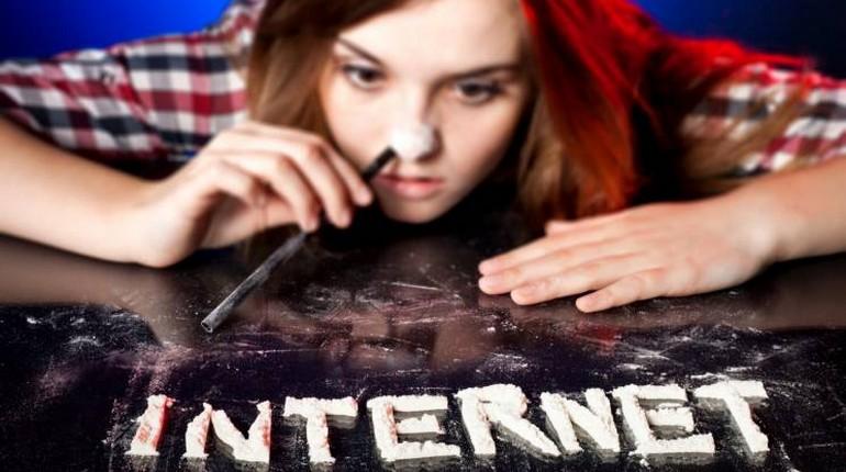 девочка и надпись интернет, девочка задумалась