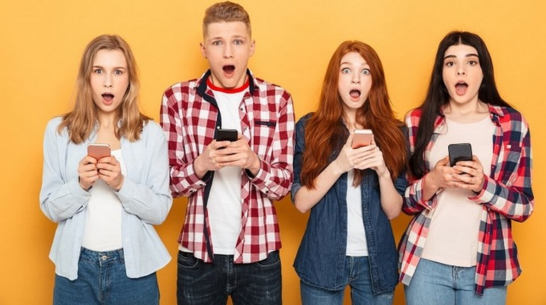 подростки держат гаджеты, подростки и мобильные телефоны